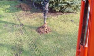 Vrtání děr na sloupky na zahradě