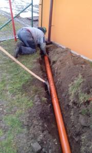 Výkop pro odpadové potrubí včetně položení